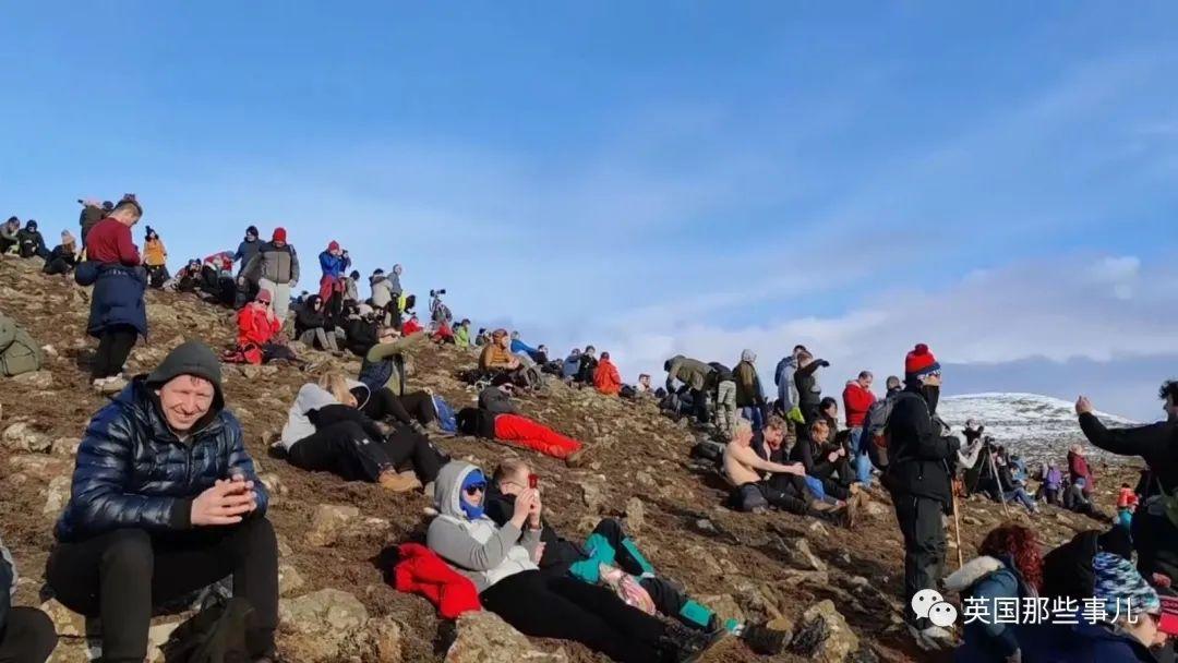 沉寂6千年的火山连续爆发两周,天空被染红,有人却在旁边淡定烤肠